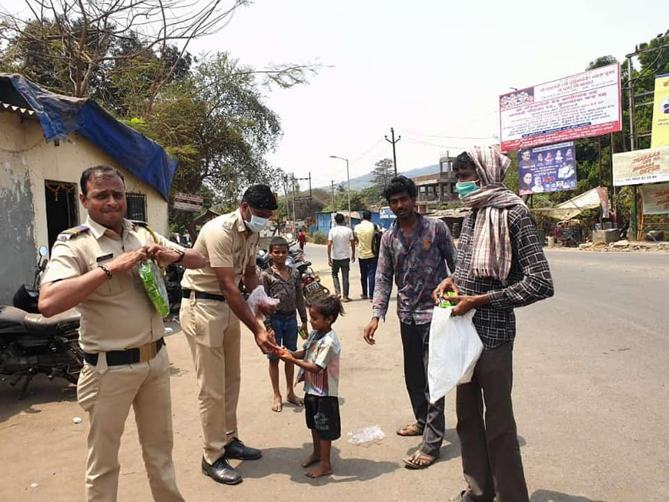 Mumbai Police Helping Needy During CoronaVirus
